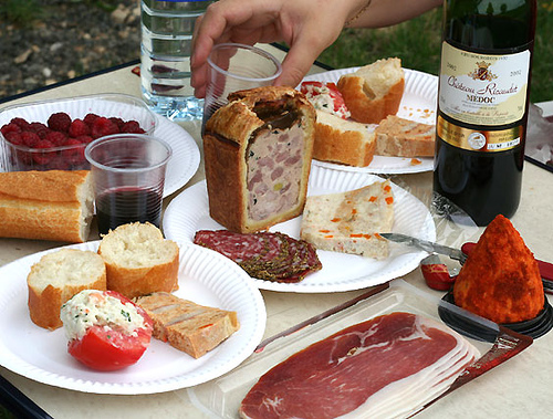 How to live like the french part v picnic anywhere chez for Cheap romantic dinner ideas at home