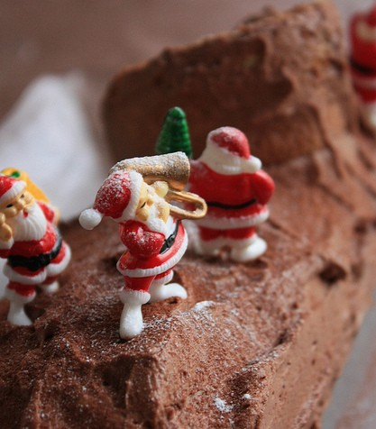 These Santas are on a roll! (A cake roll, known as Bûche de Noël, that is!)